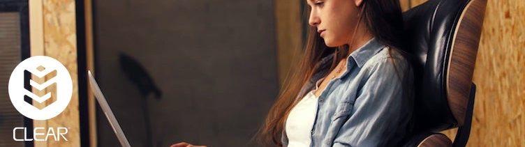 Ein Telefon tritt an, Deine Online-Wahrnehmung zu verändern.